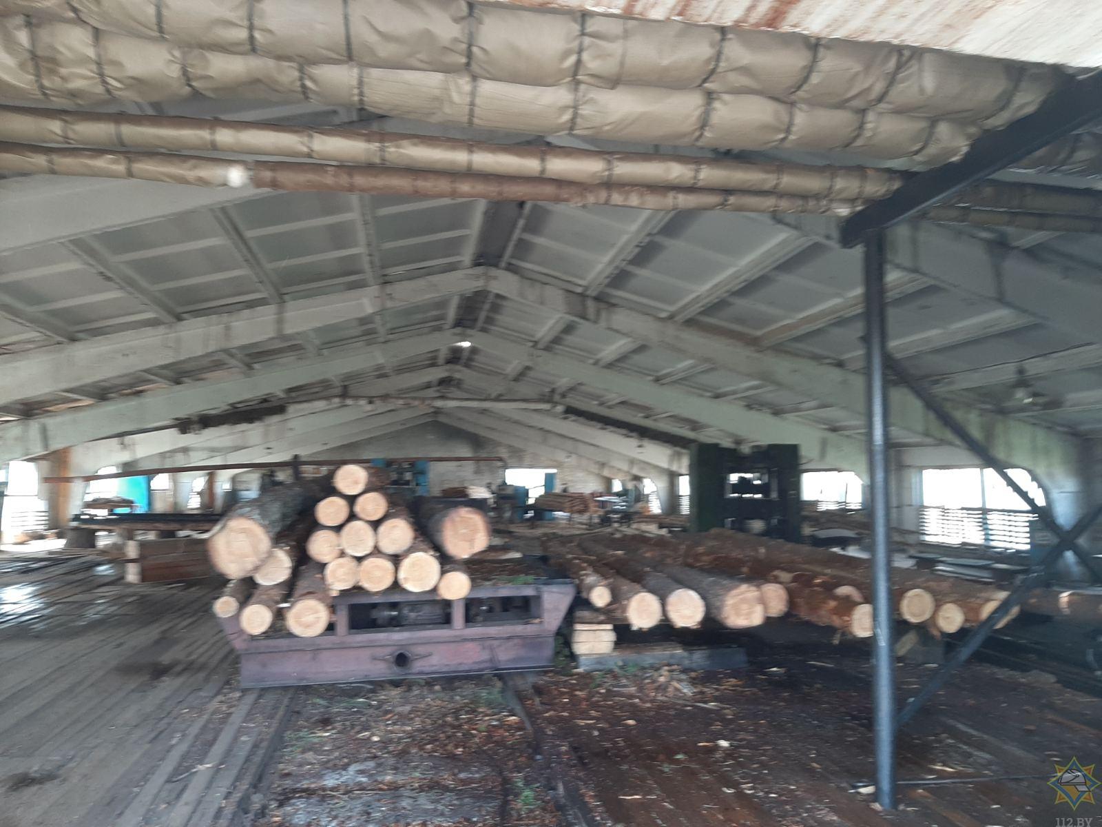 Спасатели ликвидировали пожар в лесопильном цехе в Телеханах